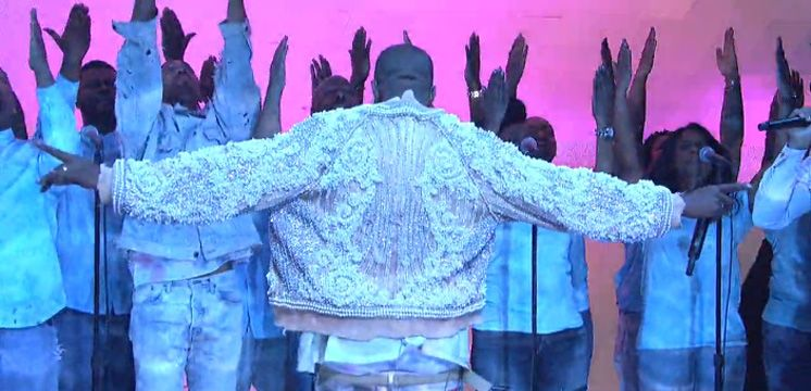 Foto: Twitter - Kanye West Sees the Light on 'The Life of Pablo'